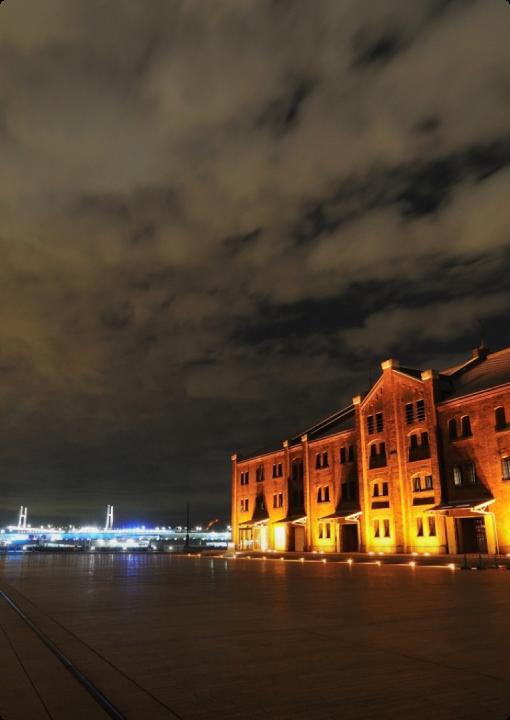 冬季夜裡的橫濱紅磚倉庫上點燈