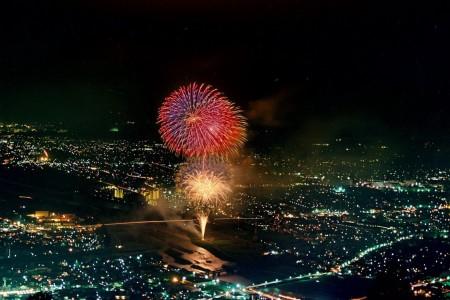 空から降り注ぐような花火は圧巻、それはまるで流れ星