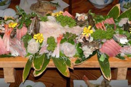 在当地渔夫的民宿里品尝三浦半岛的海产