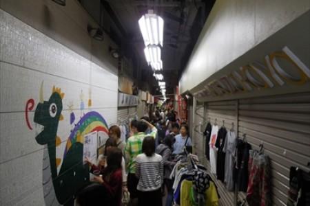 六角橋商店街でドッキリヤミ市場体験