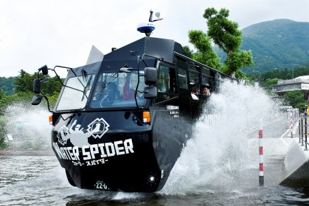 Dive onto Ashinoko in an amphibious bus!