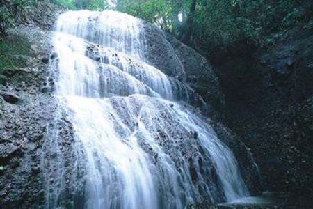 Neblige Wasserfälle und Felsbrocken: Hiratsuka Kraftorte-Entdeckung