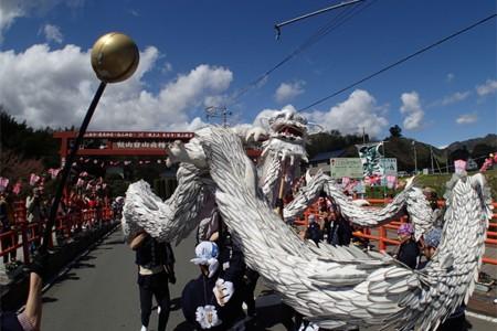 เทศกาลดอกซากุระ อะซึตงิ ลิยะมะ และ การเต้นรำมังกรอิอิยะมะ ฮะคุริว