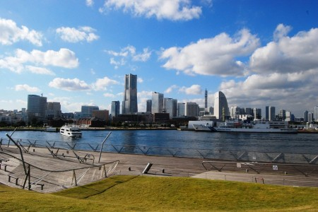 Enjoy the spectacular view of Yokohama from Osanbashi Pier and a pleasure boat!