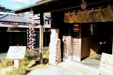 Try pottery in Kita-Kamakura and visit traditional style cafes.