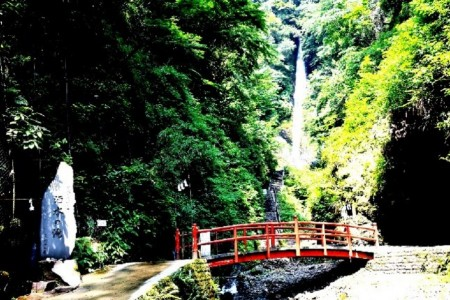 Visit Shasui no taki, one of the 100 best falls of Japan and the ruins of a castle built in the medieval era