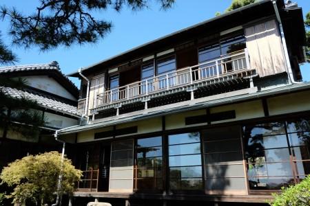 Bewundern Sie japanische und westliche Architektur aus der Meiji-Zeit.