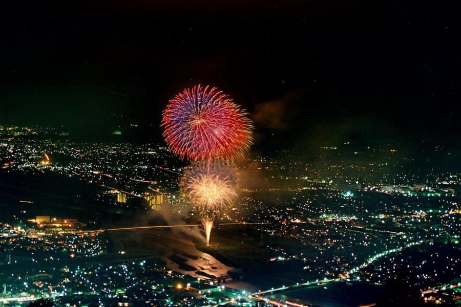 Une journée de spectacles visuels : profitez des feux d'artifice traditionnels d'Oiso et d'Ashigara
