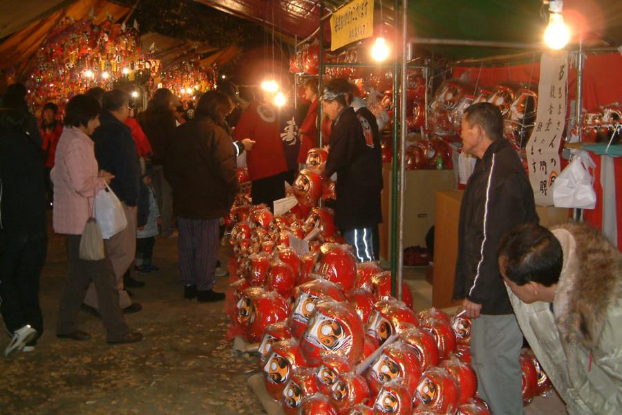 겨울 이즈미 칸논 다루마 시장에서 소원은 이루어진다