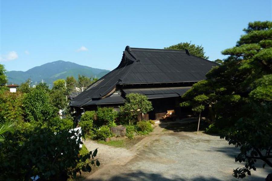Ein alter Tempel und ein Haus, das mit der historischen Figur Ota Dokan verbunden ist