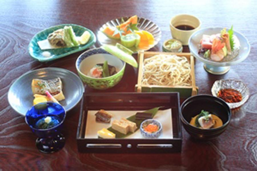 Köstliche Meeresfrüchte-Tour durch Kamakura und frühlingshafte Kirschblüten