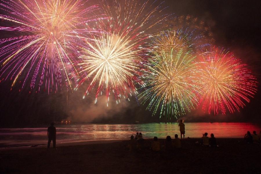 유가와라에서 기억에 남는 여름밤을 위해 바다 위의 불꽃놀이를 보세요
