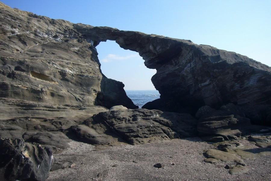 沿着城岛风景优美的海岸线徒步旅行,欣赏岩层。