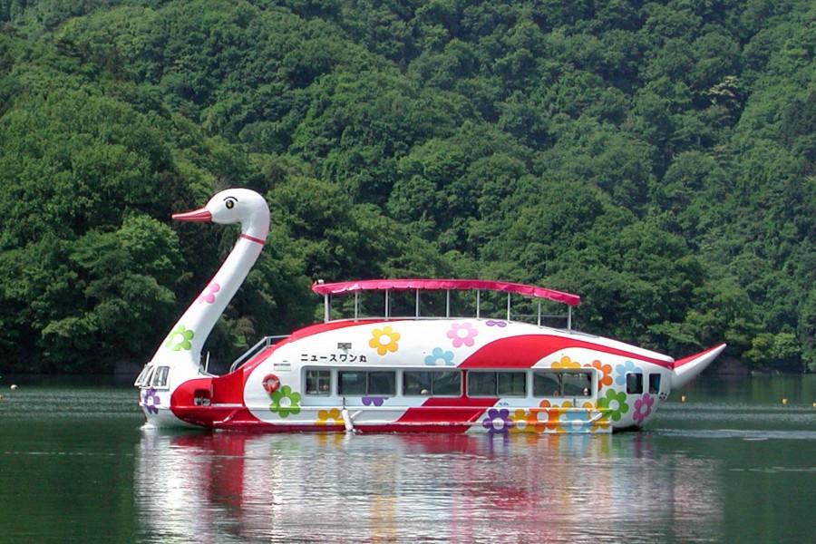 Entdecken Sie mit einem schwanenförmigen Boot Sagamiharas Naturschönheiten!