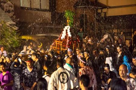 Festival der Bewässerung mit heißem Quellwasser in Yugawara Onsen