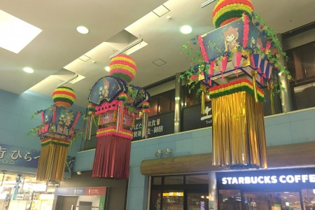 Tanabata-Dekorationen in der Hiratsuka Station