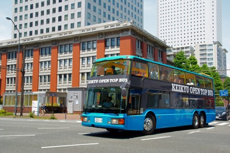 Le bus à deux niveaux KEIKYU OPEN TOP BUS