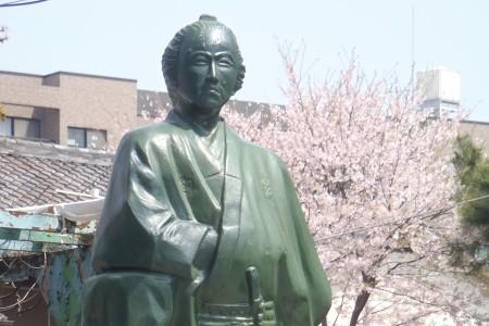 立会川の坂本龍馬像