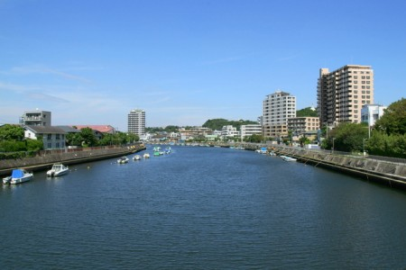 Spaziergang entlang des Sakaigawa-Flusses