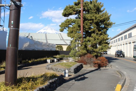 Fuji auf der linken Seite in Fuji Yoshiwara