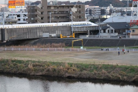 쓰루미가와강둑