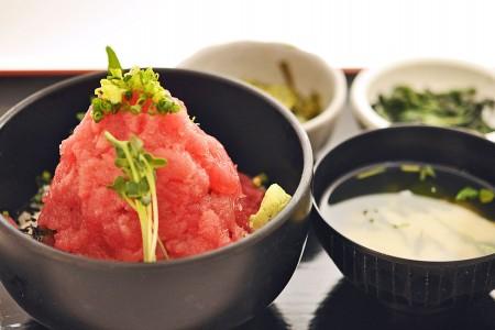 Bol de riz et filet dethon chez Maguro Shokudou Shichibeimaru (format 'Mont Fuji')