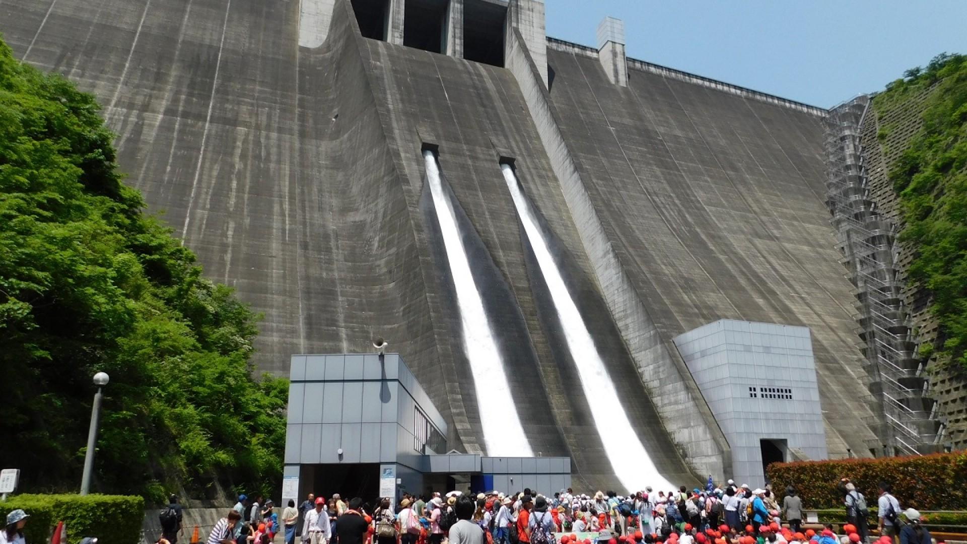 Besichtigung des Miyagase Damms (Öffnung der Fluttore)
