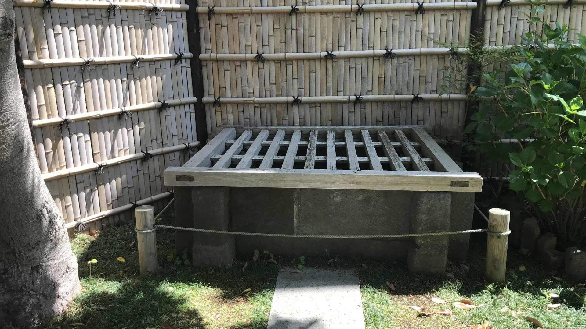 Kubiarai Brunnen von Minamoto-no Yoshitsune