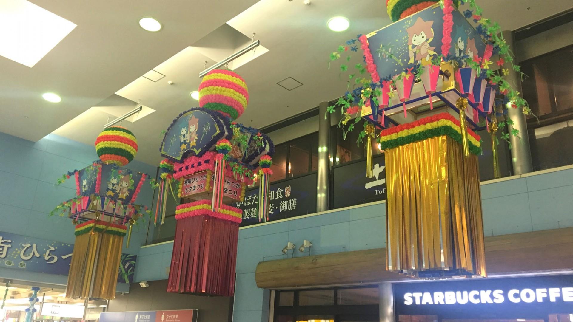 Tanabata-Dekorationen in der Hiratsuka Station