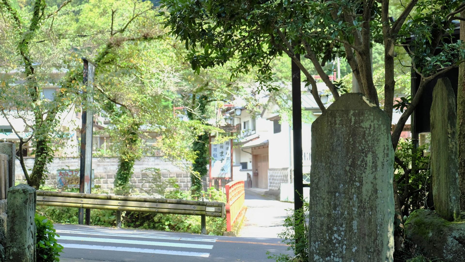 Bia tưởng niệm bằng đá của cây cầu
