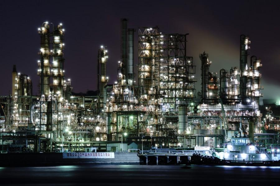 Vue de nuit des usines de la baie de Negishi
