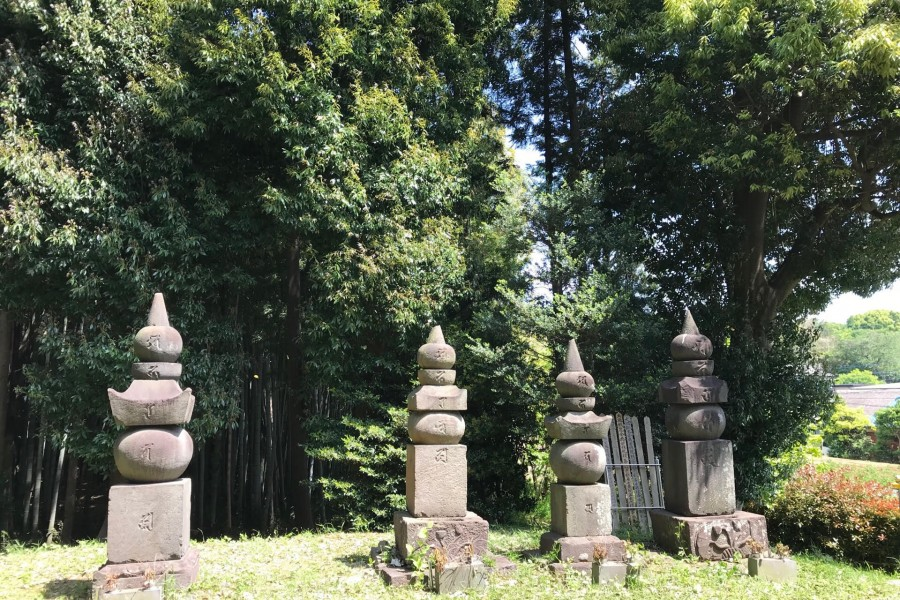 Tonosama no Haka (La tombe de la famille Tominaga)