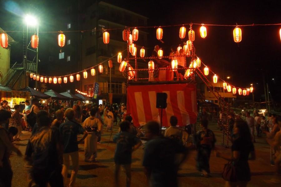 งานบง โอโดริ (เทศกาลท้องถิ่นประจำหมู่บ้านประมงริมทะเล)