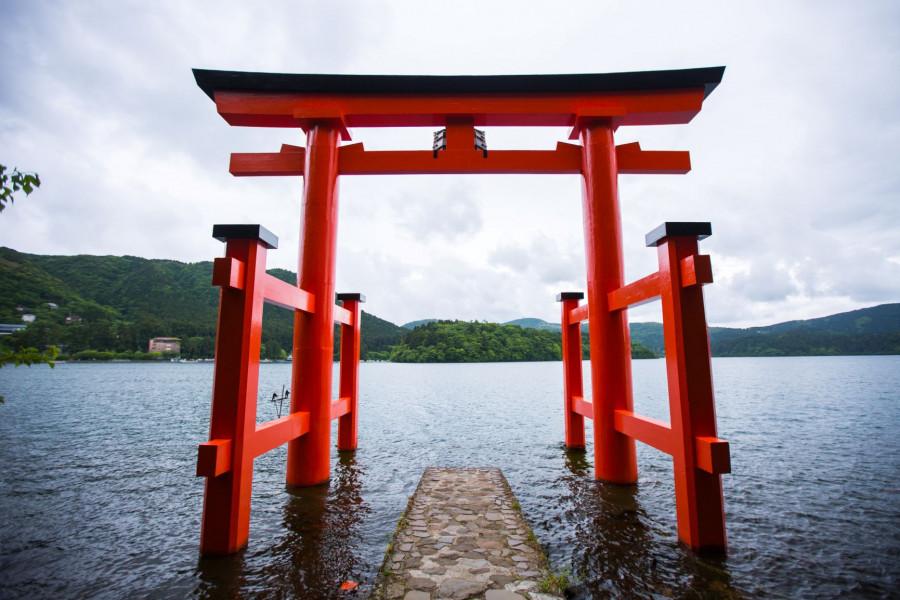 立於蘆之湖岸邊的箱根神社的鳥居